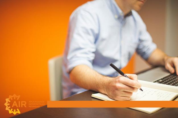 hombre-escribiendo-en-un-papel
